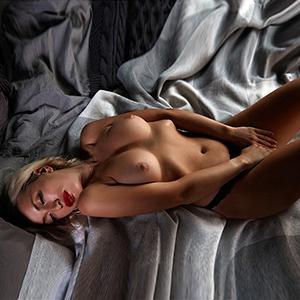 Süßes Escort Girl in Berlin Alla Handvoll Titten ideale Begleitung für intime Anlässe