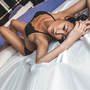 Extrem dünnes Girl Asiatin Callgirl Inta mit langem Haaren intime Rollenspiele Escort Berlin
