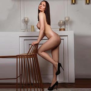 Escort Berlin Enija erotische Begleitung mit langen Beinen bietet Sex im Hotelzimmer