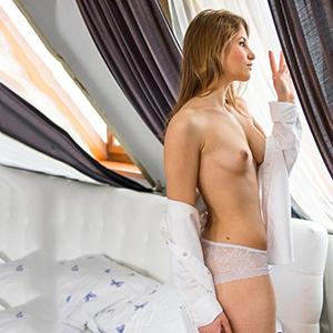Reife Escort Dame erotische Lippen Denisa in Berlin bietet Oral Sex mit Kondom im Hotel