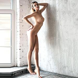 Große blonde Escort Ladie Berlin Dilara Super Sex Service hat Perfekte geile Busen