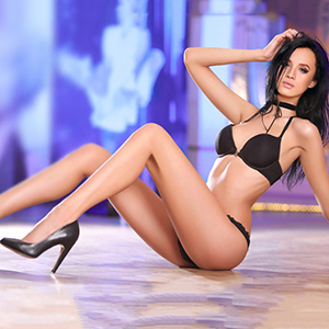 Callgirl Berlin Ellina super zierlich bietet Sexmassage mit Rollenspielen