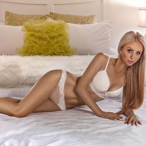 Sexy Kathalina blonde flexible Escort Ladie mit kleinen Hintern in Berlin