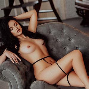 Escort Berlin Model Malvina Hot bietet Spezielle Öl-Massage vor dem Sex