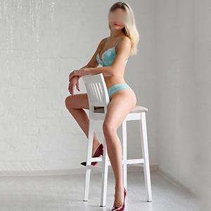Escort Berlin Margo VIP Dame langen Beinen und festen Brüsten auf Zimmer bestellen