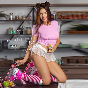 Freches süßes Escort Girl Berlin Maxi liebt hingebungsvolle Küsse Stripp Sex